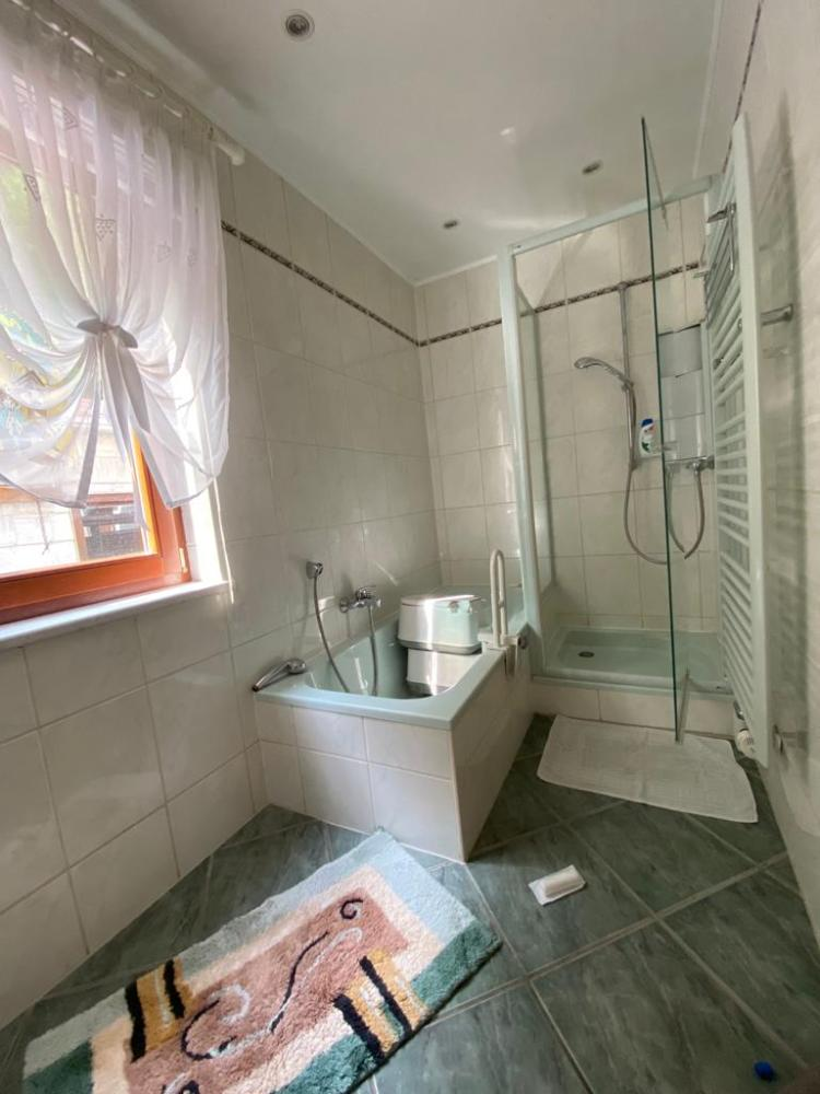 EG - Badezimmer mit Wanne und Dusche